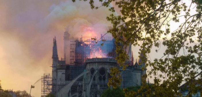 Solidne mury katedry wytrzymały napór ognia