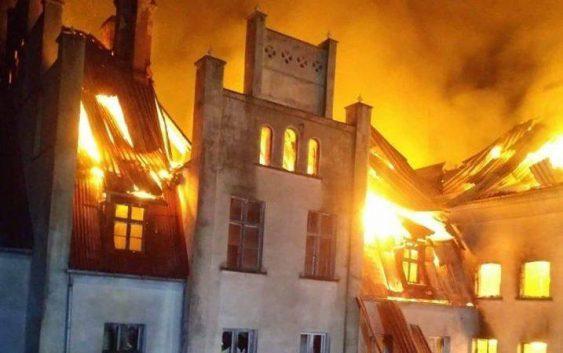 Pożar pałacu w Główczycach (fot.KPP Słupsk)