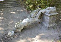 """Kolejna ofiara """"selfie"""" – 200-letnia rzeźba ogrodowa uszkodzona w Rogalinie"""