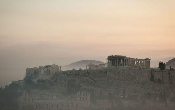 Dym unosi się nad Akropolem