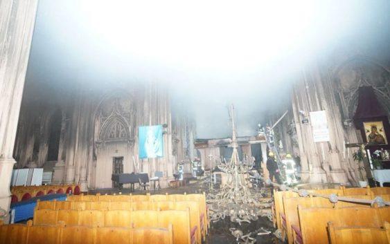 Zadymione wnętrze neogotyckiego kościoła św. Mikołaja w Kijowie.