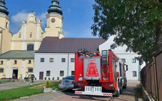 Wóz strażacki przed klasztorem ojców bernardynów w Warcie.